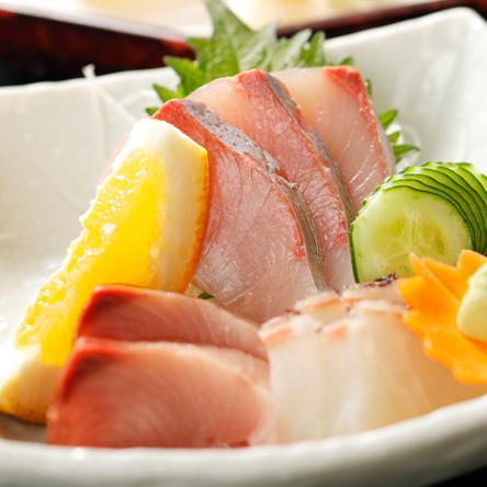 新鮮な旬の魚の刺身